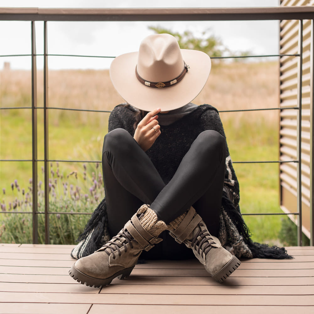 mujer sentada con sombrero